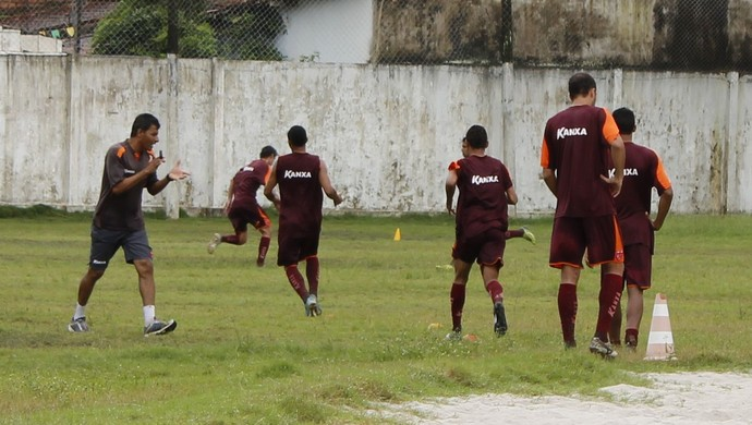 Preparador físico do CRB, Adriano Oliveira comanda treino puxado (Foto: Caio Lorena / GloboEsporte.com)