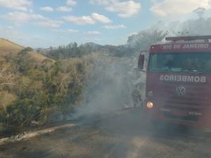Corpo de Bombeiros ajudou a controlar o incêndio (Foto: 2ª Cia BPRv / Divulgação)