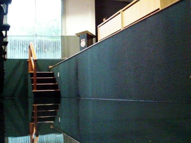 Água de chuva invadiu auditório da Polícia Civil (Foto: Ricardo Moreira/G1)
