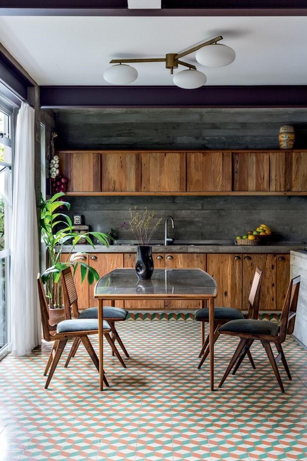 Décor do dia: cozinha mistura madeira e piso geométrico (Foto: Fran Parente)