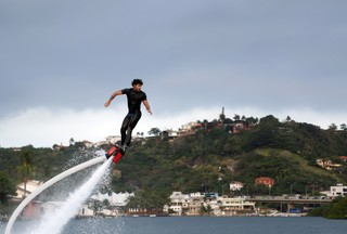 Jesus Luz pratica Fly Board (Foto: Marcos Serra Lima/ EGO)