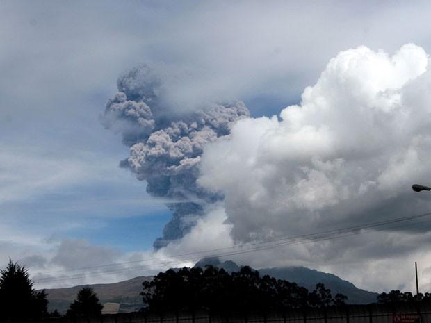 O vulcão Cotopaxi, no Equador,  expeliu uma coluna de cinzas de 5 km nesta sexta-feira (14) (Foto: Juan Cevallos/AFP)