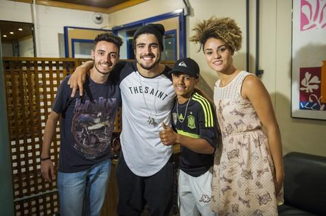 Caio Castro com Lucas, Acácio e Gabriela nos bastidores de uma série do 'Fantástico' (Foto: Globo/João Miguel Júnior)