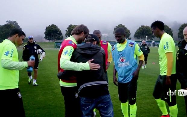 FRAME Neymar visita Seleção abraço
