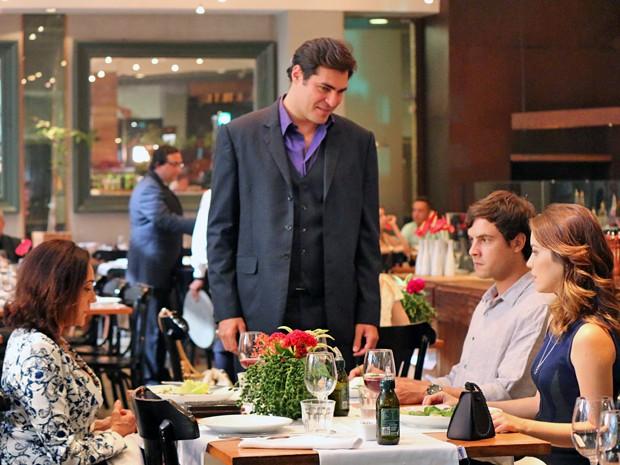 Marcos interrompe anúncio de casamento de Caíque e Laura (Foto: Paula Oliveira / Gshow)
