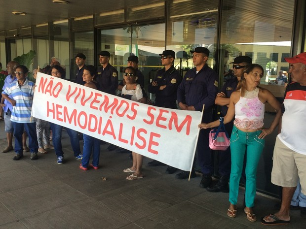 Grupo protesta contra atraso no repasse de verbas para tratamento de hemodiálise em Goiânia, Goiás (Foto: Vitor Santana/G1)