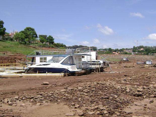 Barcos estão 'atolados' em terra firme por falta de água em Fama. (Foto: Wagner Rodrigues de Oliveira / VC no G1)