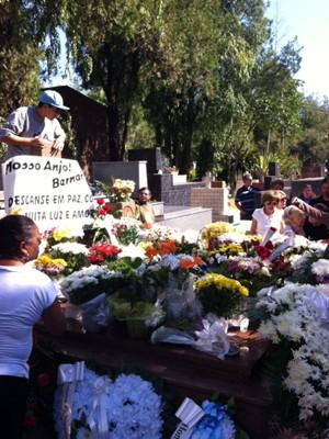 Flores foram depositadas em jazigo da família em Santa Maria (Foto: Alice Pavanello/RBS TV)