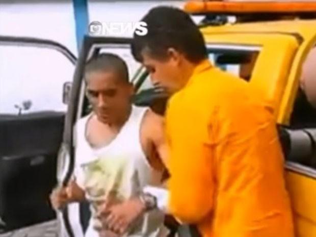 Ferido foi socorrido por equipe de resgate em Paraty (Foto: Reprodução/GloboNews)