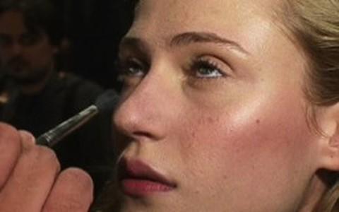 Iluminador é peça fundamental da maquiagem