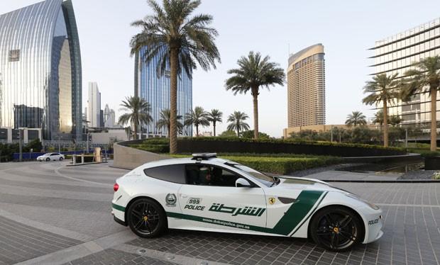 Ferrari foi fotografada patrulhando as ruas nesta quinta-feira em Dubai (Foto: Karim Sahib/AFP)