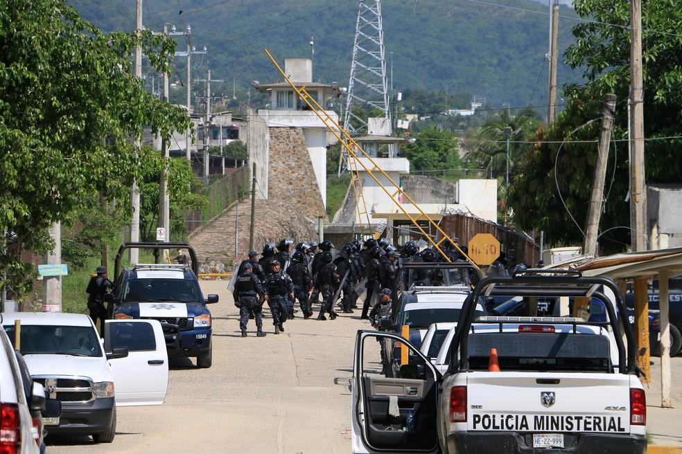 Soldados e policiais mexicanos entram no presídio de Ciudad Victoria (Foto: Reuters)