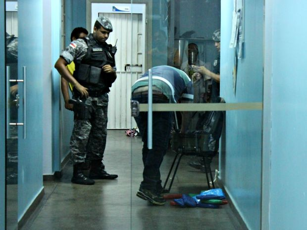 Drogas estavam escondidas embaixo de fraldas descartáveis dentro de mala (Foto: Adneison Severiano/G1 AM)