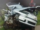 Batida entre carro e caminhão mata um e fere dois em Campos Altos