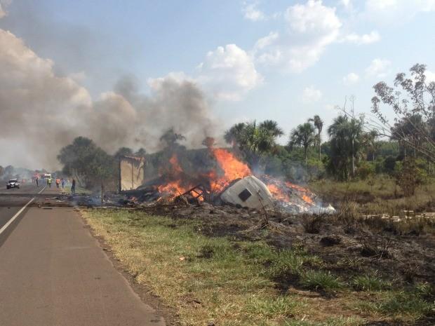 Veículos ficaram destruídos e incêndio se alastrou para a vegetação (Foto: Gabriela Pavão/ G1 MS)