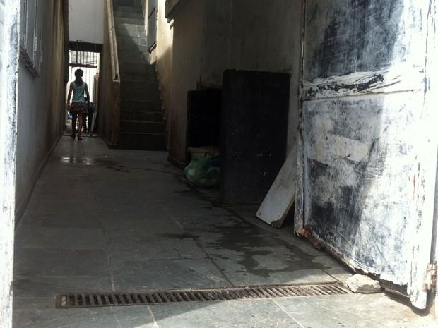 Sobrado, no bairro da Liberdade, em São Paulo, furtava água captando direto da rede da Sabesp (Foto: Isabela Leite/G1)