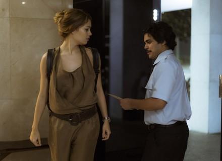 Alice recebe anel e carta de Renato