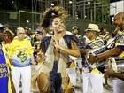 Juliana Alves investe em decote para cair no samba