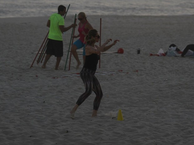 Leticia Spiller malha na praia do RJ (Foto: Dilson Silva  / Agnews)