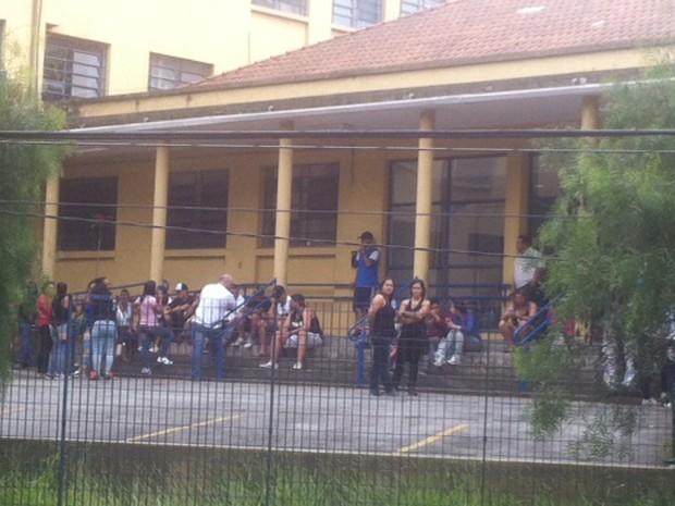 Parentes e amigos dos mortos aguardavam a liberação dos corpos no IML (Foto: Márcio Pinho/G1)