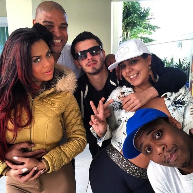 Adriano posta foto coladinho com Ariany Nogueira e cercado de amigos (Foto: Instagram)