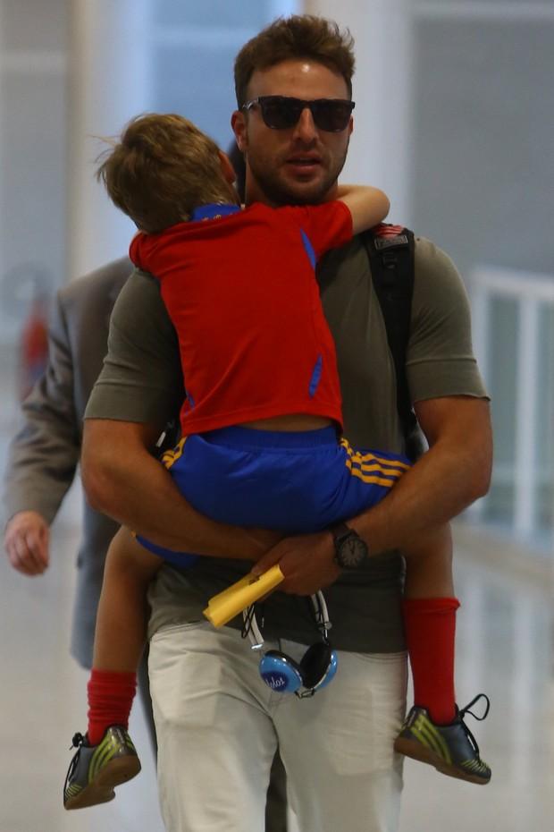 Com o filho Noah no colo, Cássio Reis embarca no Santos Dumont, RJ (Foto: Marcello Sá Barretto / Agnews)