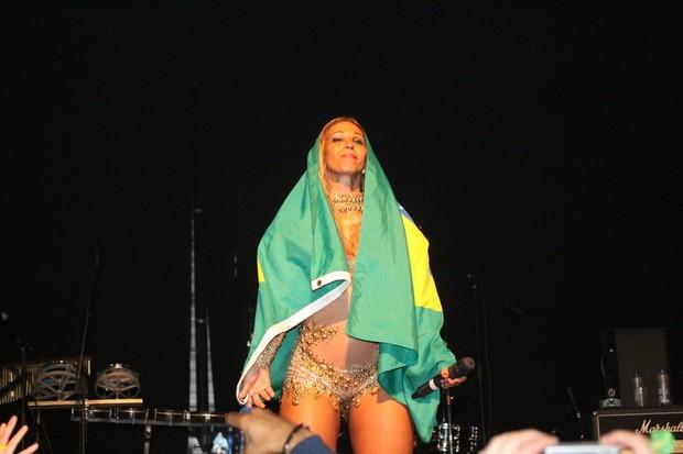 Valesca Popozuda posa enrolada na bandeira do Brasil (Foto: Francisco Silva/Ag News)