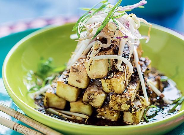 Salada de berinjela com molho picante de feijão fermentado (Foto: Elisa Correa/Editora Globo)