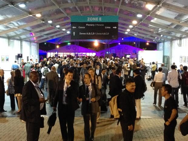 Negociadores próximos aos pavilhões onde acontecem as plenárias da COP 20 (Foto: Eduardo Carvalho/G1)