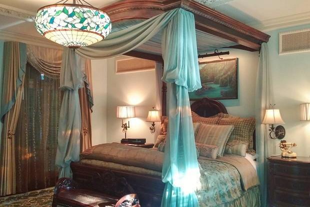 """As camas possuem dispositivos mágicos. Um deles, chamado de """"beijo de boa noite"""", transformava o teto em um céu estrelado e uma pintura em óleo em animação. Em outro quarto, o dispositivo traz vários brinquedos à vida (Foto: Reprodução/Instagram)"""