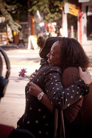 Renata Quintella abraça uma desconhecida durante sua 'Jornada' (Foto: Milene Milan e Micaela Trigo/Divulgação)