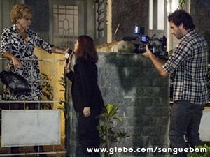 Cuidado com a ex-diva! A jornalista chegou cheia de atitude e acabou na pior (Foto: Sangue Bom / TV Globo)