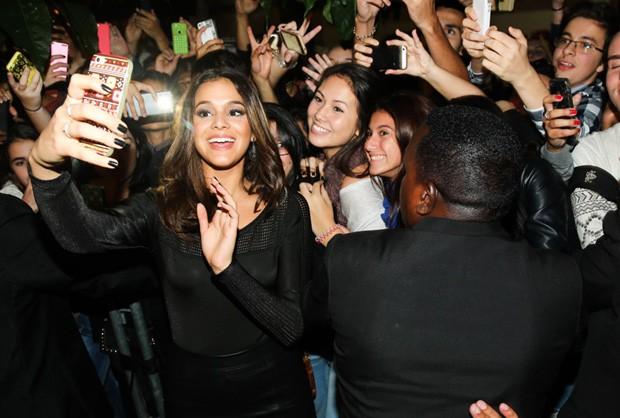 Bruna Marquezine e fãs (Foto: Manuela Scarpa/Foto Rio News)