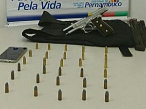 Arma e projéteis foram apreendidos com o suspeito de tráfico e mortes (Foto: Ascom/ Polícia Civil)