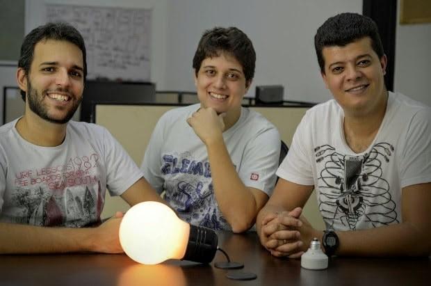 Time de criadores do adaptador para lâmpadas Bluelux (Foto: Divulgação)