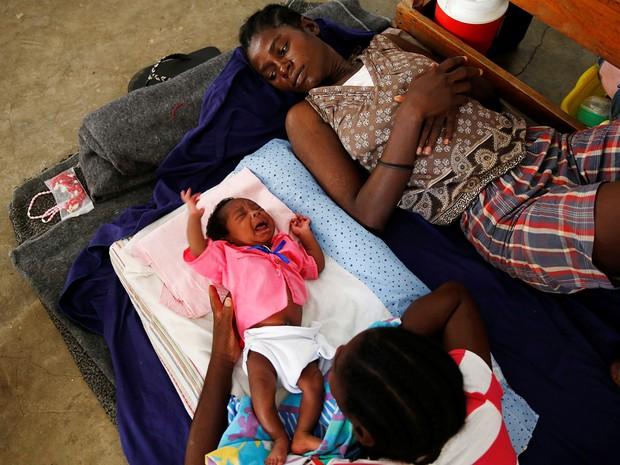 Família afetada pelo furacão foi alojada em escola de Jeremie, no Haiti (Foto: Carlos Garcia Rawlins/Reuters)