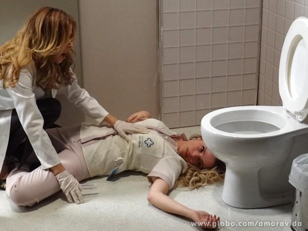 Glauce se desespera ao ver Elenice morta (Foto: Amor à Vida / TV Globo)