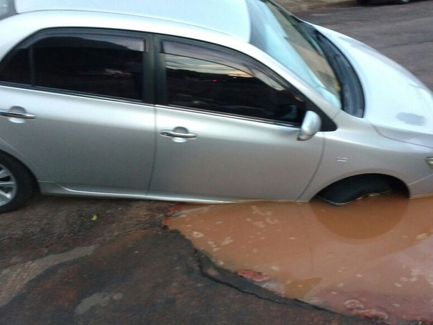 Veículo caiu no buraco neste domingo (22), em Dracena (Foto: Débora Conceição Damasceno Cavalcante/Cedida)