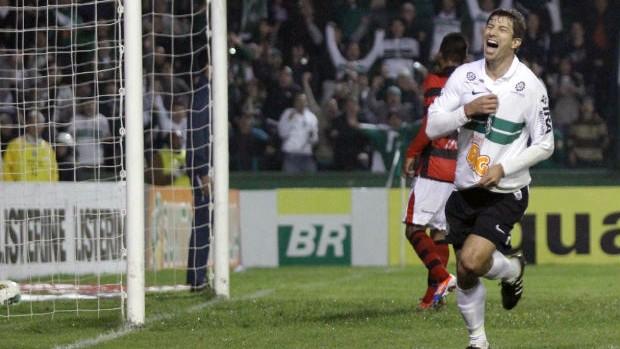 Tcheco comemora gol contra o Atlético-GO, pela Série A do Brasileiro (Foto: Divulgação/site oficial do Coritiba Foot Ball Club)
