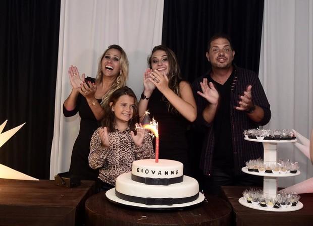 Giovana, ao lado dos pais, Andreia Sorvetão e Conrado (Foto: Roberto Teixeira/EGO)