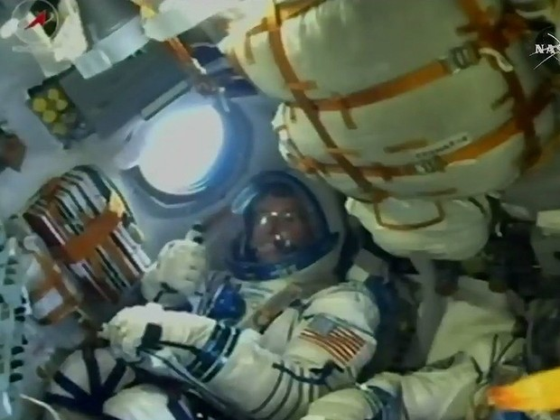 Shane Kimbrough faz sinal de positivo depois do lançamento da nave Soyuz na quarta-feira  (Foto: NASA TV)