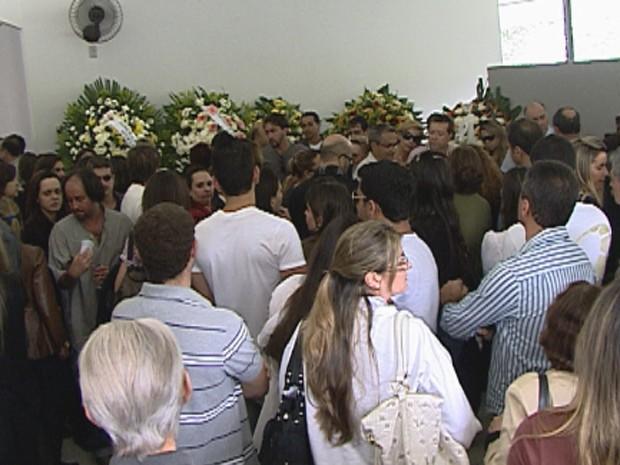 Parentes e amigos foram se despedir da estudante (Foto: Reprodução/TV Globo)
