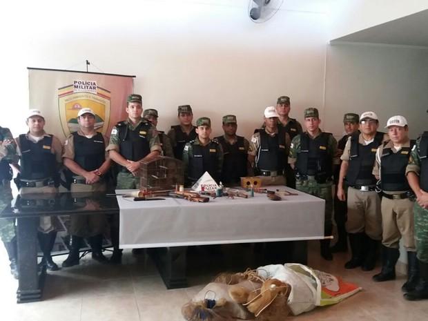 Seis armas foram apreendidas e cinco pessoas presas em Governador Valadares (Foto: Polícia Militar/Divulgação)