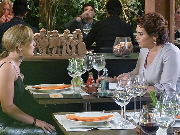 Beatriz pede para Amanda ajudar Leonardo (Foto: Fabio Rosso/ Gshow)