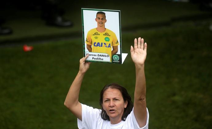 Alaídes, danilo, mãe, chapecoense, arena condá (Foto: Diego Vara/Reuters)