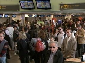 Aeroporto reabriu para pousos e decolagens às 11h20 (Foto: Reprodução/RBS TV)