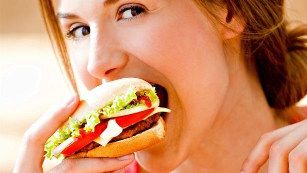 Mulher comendo sanduíche euatleta (Foto: Getty Images)