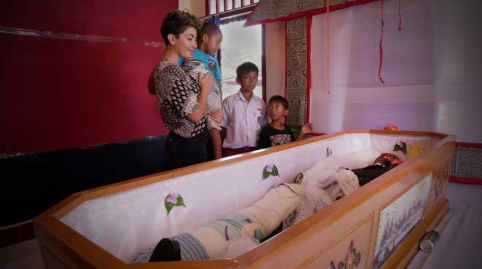 Em Toraja, passam-se meses e anos até funeral acontecer; nesse período, famílias guardam corpos em casa e cuidam deles como se estivessem apenas doentes  (Foto: BBC)