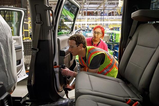 Mark Zuckerberg, fundador do Facebook, passa umd ia na fábrica da Ford (Foto: Ford)
