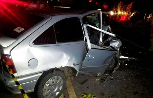 Um dos carros envolvidos no acidente, um Kadett, ficou com a frente completamente destruída (Foto: Sérgio Costa/PortalBO)
